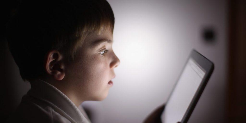 Los adolescentes pierden el sueño y la salud por las pantallas de móviles y tabletas