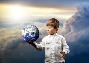 Niño con el mundo en sus manos