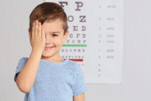 Niño se tapa ojo con la mano